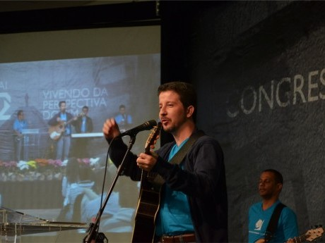 Ricardo Bruder lidera a equipe de louvor