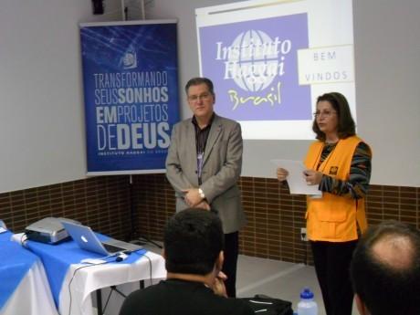 Maria Anice apresenta docente Rubens Lamel de Curitiba