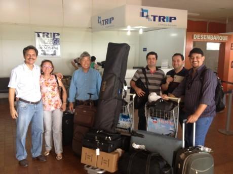 Indalécio e Eneide nos recebem com muita alegria no aeroporto de Ji-Paraná. Rogério Machado chegará somente amanhã.