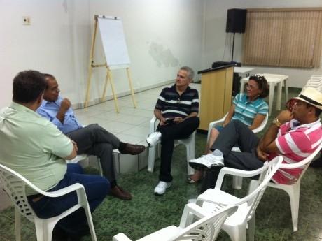 Equipe conversa com o Pr. Sadraque.