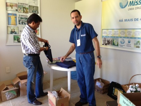 Francisco e Clayton arrumando os materiais antes do evento.