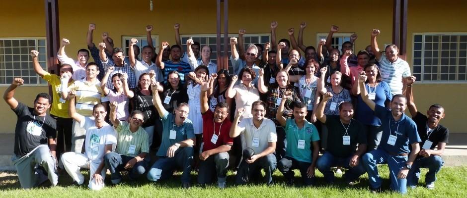 Participantes e docentes posam para a foto com vibração durante a Jornada de Estudos Haggai em Petrolina, PE