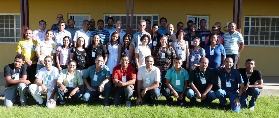 Participantes e docentes posam para a foto oficial