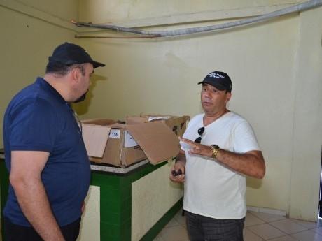 Henrique Dutra e Aguinaldo Castanheira preparam o material para os participantes
