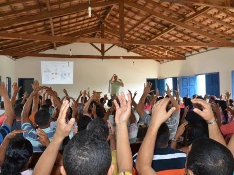 Participantes do CONPLIS memorizando com gestos