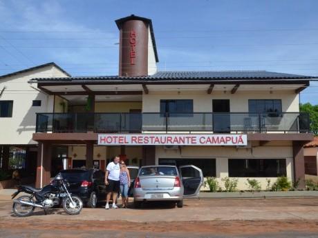 Roberto e Claudia na frente do hotel em Gilbués