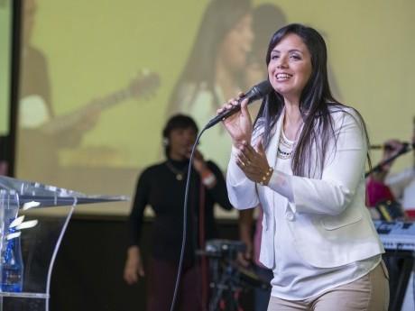 Flávia Lopes lidera o louvor no salão Imperial