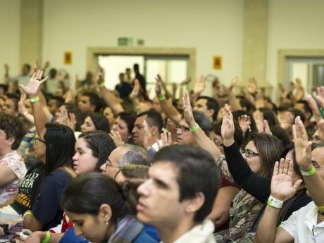 Participantes inspirados pelo louvor