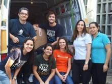Equipe carregando os materiais na van do Haggai