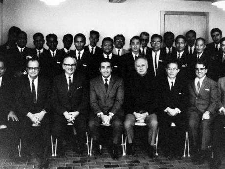 Primeira Turma do Seminário Internacional. Dr. John E. Haggai está ao centro, ladeado à direita pelo Dr. Bob Pierce (fundador da Visão Mundial) e depois o Rev. Dr. Han Kyung-Chik (fundador da Igreja Presbiteriana Young Nak em Seul), os quais também foram docentes na primeira turma do Instituto na Suíça em 1969.