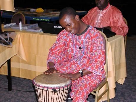 Participante do Seminário Internacional tocando seu instrumento