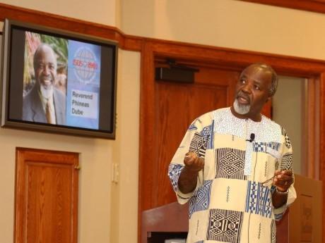 Dr. Phineas Dube, docente internacional, durante sua palestra