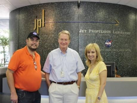 Baldaci ao lado de dois cientistas da NASA: Dr. Donald Yeomans (responsável pela busca de asteróides em rota de colisão com a Terra, e a Dra. Rosaly Lopes (Brasileira) do Projeto Cassini para Saturno