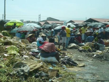 Foto da praça onde opera o mercado