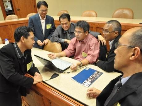Participantes do curso numa discussão em grupo