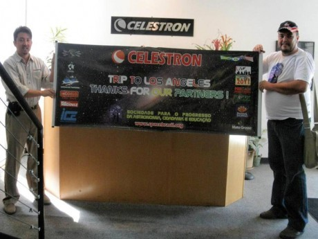 Gerente de marketing da Celestron,  Kevin Kawai, e Eduardo Baldaci agradece aos parceiros