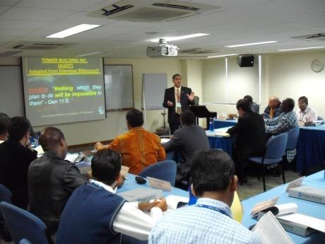 Peter Esteves, docente brasileiro ensinando em Cingapura em 2008
