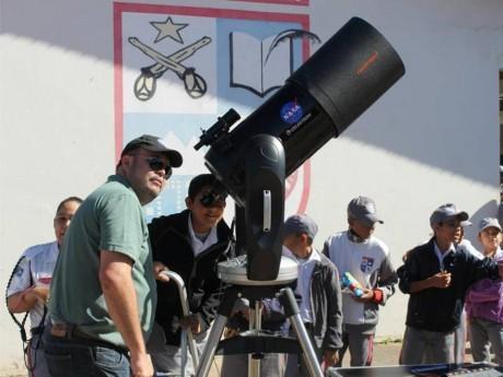 Telescópio doado pela Celestron para atrônomo Eduardo Baldaci