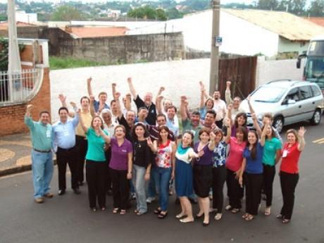 Em frente ao terreno adquirido para a construção da sede do Haggai Brasil com o tradicional grito de vitória de nossas fotos de grupo